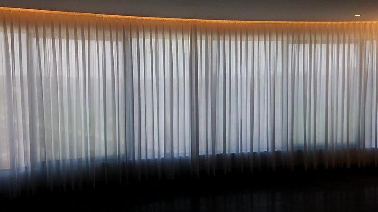 וילון הסטה חשמלי חלון מקומר