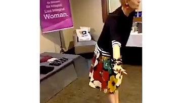 uma mala de viagem e uma mulher de estilo