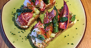 Tartine de homard canadien, asperges vertes, agrumes et basilic