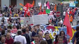 Riace, la manifestazione contro l'arresto del sindaco Domenico Lucano