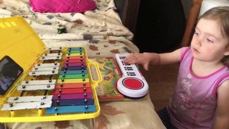 Верочка учится на игрушечном пианино