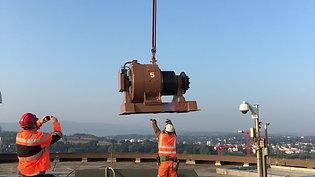 Demontage Aufzugsantrieb mit Schwerlasthelikopter Superpuma
