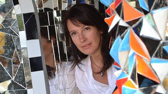 AVIS A LA POPULATION... Un métier rare à découvrir au féminin... A la rencontre de Viviane Wolff Mosaïste à Menthon-Saint Bernard (74), interviewée par Emmanuel Allait.  Elle crée des tableaux, miroirs, tables mais aussi des fresques, sols, murs de c