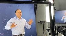 Оскар Хартманн съёмка в видеостудии на прозрачной доске