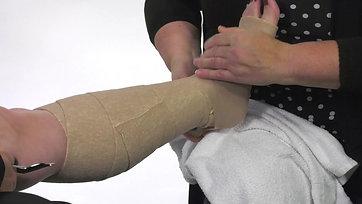 Système de bandage compressif à deux couches Coban(MC) 3M(MC): Application de base sous le genou en utilisant la technique de déroulement du rouleau (Les ulcères veineux de la jambe)