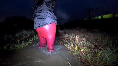 WetLook 225 Girl in leather boots and leather skirt in deep water