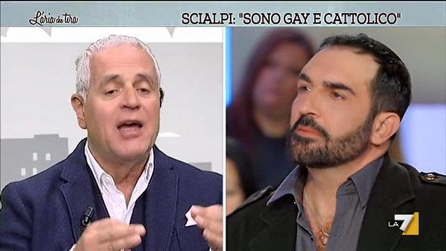 Roberto Blasi e il marito Scialpi in un intervista su La 7 l'aria che tira