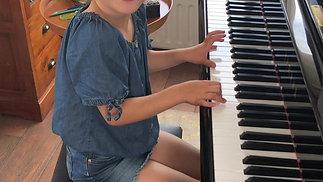 "Ella speelt ""Mieke had een lammetje"" !"
