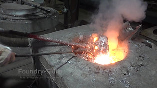 Removal of a dip ladle from molten alumininium