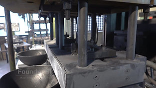 Closing the die halves of a tilt casting machine