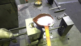 Closing of a hand gravity die and casting