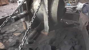 Moulding material movement by vibration on emptying table