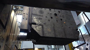 Lifting the tool out of the high pressure die casting machine