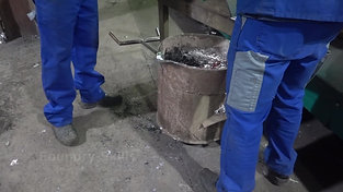 Draining of a ladle after casting by crane
