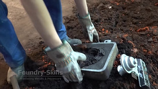 Emptying a flask of compacted sand