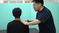 ①   僧帽筋上部繊維を緩めて、同側の後頭下筋を治療.