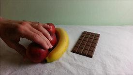Eine Tafel Schokolade oder Obstsalat