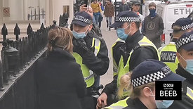 201130-London-Laughing at Police