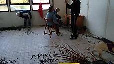 vidéo N'Elenwé 3.5 mois, qui joue avec l'osier
