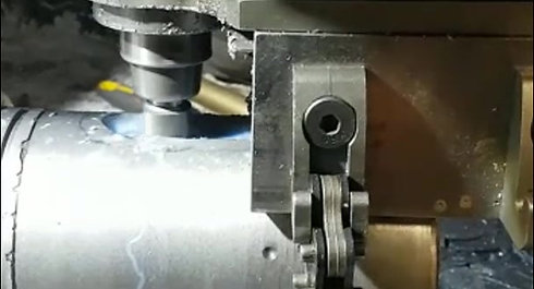 Aanbrengen van kal groef in uitgaande as motor