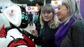 Робот шутит и развлекает людей