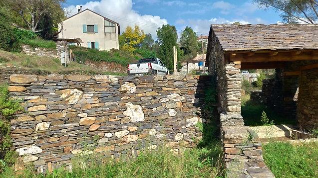 Mur de soutènement en pierre sèche : schiste et quartz