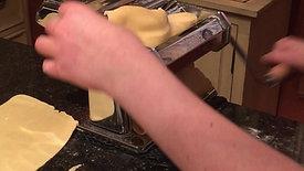 Un ténor dans la cuisine de Per Il Gusto pendant un cours de pâtes fraîches