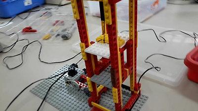 Aluno e seu elevador feito de Lego.