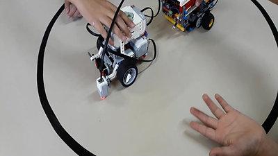 Alunos e seus robôs.