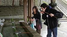 Manera de purificarse en un templo sintoista