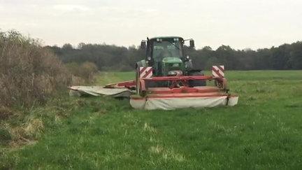 Das Mähwerk im Einsatz auf der Wiese im Herbst