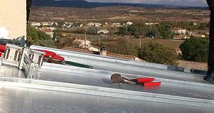 couverture-zinc-joint-debout-sertissage-manuel-fermeture-du-pli-a-la-pince-renovation-toiture-sa