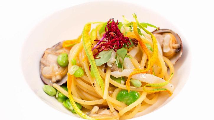 """Pochi minuti per un piatto semplice ma delizioso. Direttamente dalla cucina del #pier52   """" Spaghetto quadrato con calamari, vongole veraci, favette e fiori di zucca"""". #food #restaurant #milano #chef #kitchen #fish"""