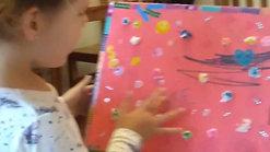 Josefina mostrando su caja de los tesoros
