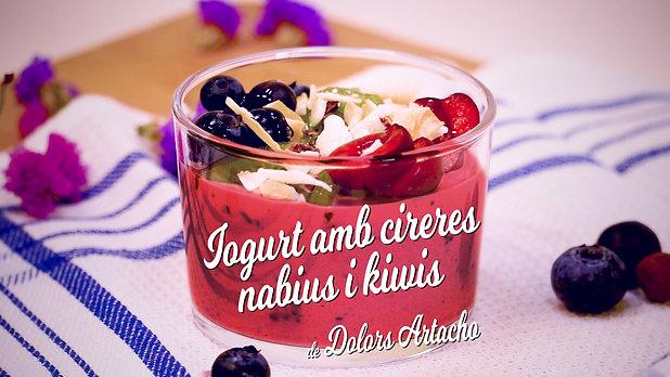 Iogurt vegà amb cireres, nabius i kiwis