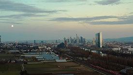 Frankfurt Skyline bei Vollmond