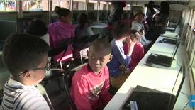 Madagascar_ Un bus transformé en salle informatique