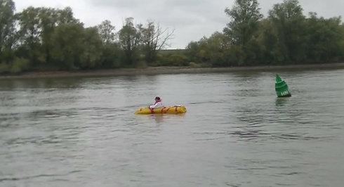 Wasserrettungslift auf der Elbe