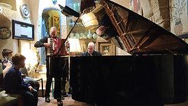 יוסי אשור מנגן עם האמן גיל שוחט