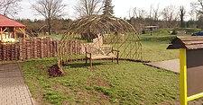 Živé vrbové stavby z vrby - vrbový altán pro lavičku