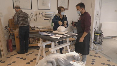 Sculptrice sur Pierre