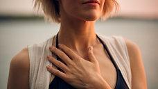 Yoga féminin s'aimer se pardonner