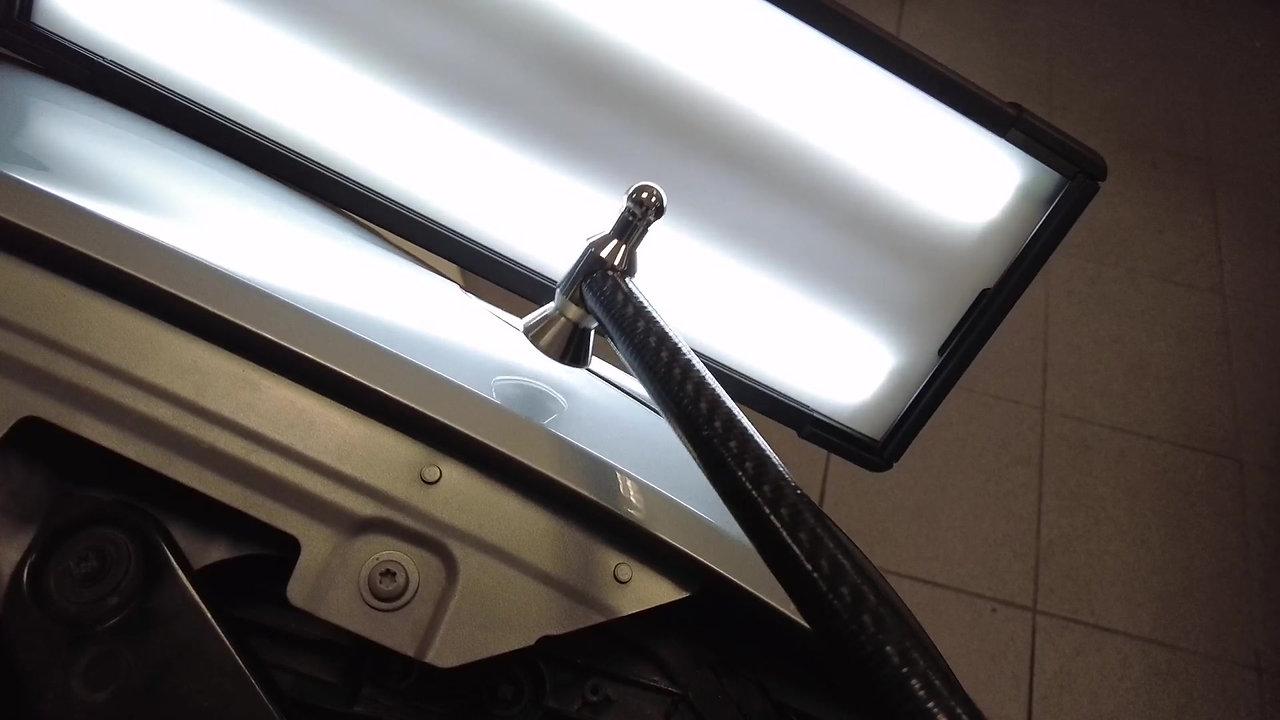 Längliche Delle im Kotflügel an einem VW Passat