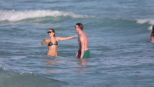 Sylvie Meis & boyfriend play in the ocean on Miami's South Beach