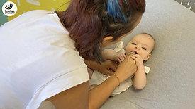 עיסוי פה עם מברשת שיניים לתינוקות